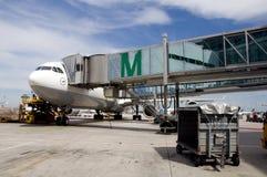 O avião estacionou no aeroporto de Munich Imagem de Stock Royalty Free