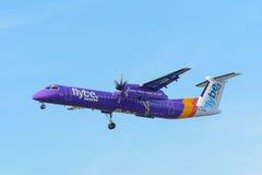 O avião Flybe G-JEDR de Havilland Canadá DHC-8-400 está aterrando no aeroporto de Schiphol Imagens de Stock