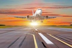 O avião grande no movimento decola o aeroporto do sol do nascer do sol do por do sol do céu da noite Fotografia de Stock Royalty Free