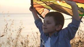 O avião nas mãos do jogo das crianças pequenas voa sonhos do voo video estoque