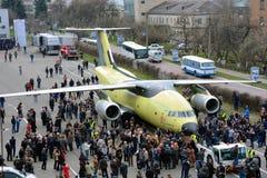O avião o mais novo Antonov An-178 do transporte é rebocado ao aeródromo do teste de voo, o 16 de abril de 2015 Imagem de Stock Royalty Free