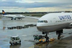 O avião preparou-se para a partida no aeroporto de Munich, Alemanha fotos de stock royalty free