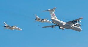 O avião remove ervas daninhas da parada de uma vitória em Moscou Imagens de Stock Royalty Free