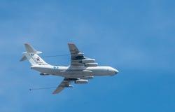 O avião remove ervas daninhas da parada de uma vitória em Moscou Fotos de Stock