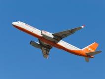 O avião Tu-204-100 decola no céu Imagens de Stock Royalty Free