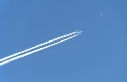O avião voa à lua Fotos de Stock Royalty Free