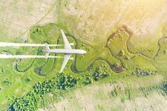 O avião voa a altura de ganho na perspectiva da superfície de terra aérea da paisagem, abaixo do rio, campos do prado, florestas fotos de stock