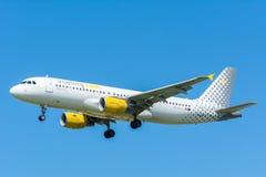 O avião Vueling EC-LLJ Airbus A320-200 está voando à pista de decolagem Imagem de Stock Royalty Free
