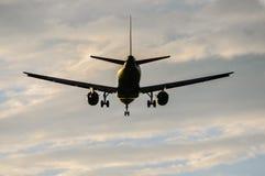 O avião comercial estava aterrando Fotos de Stock Royalty Free