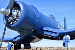 O avião de lutador portador-baseado americano está voando contra o céu azul Imagens de Stock Royalty Free