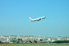 O avião descola Fotos de Stock