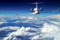 O avião luxuoso está acima das nuvens bonitas. Fotos de Stock Royalty Free