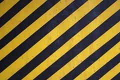 O aviso preto e amarelo listra o fundo Fotografia de Stock Royalty Free