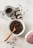 O azeite caseiro de sal do mar do café das anti-celulites esfrega em um fundo claro, vista superior Conceito da beleza foto de stock