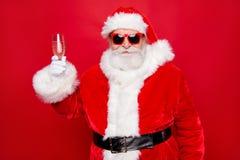 O azevinho festivo alegre Santa newyear feericamente felicita o melhor wishe fotografia de stock royalty free