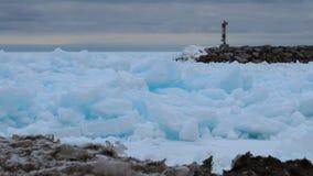 O azul brilhante coloriu o gelo no porto em um dia de inverno nebuloso Imagens de Stock