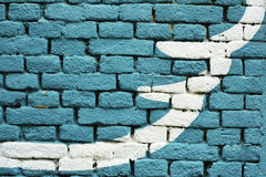 O azul coloriu a textura do fundo da parede de tijolo - com forma branca artística imagem de stock royalty free