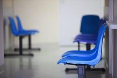 O azul da sala de espera preside a porta Imagens de Stock