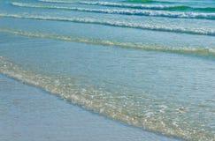 O azul de oceano acena na manhã Imagem de Stock Royalty Free