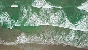 O azul de oceano da vista aérea e as ondas verdes quebram na praia branca da areia O mar acena no zangão bonito da opinião aérea  vídeos de arquivo
