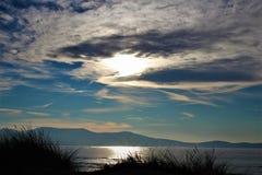 O azul do céu encontra o azul do mar imagem de stock