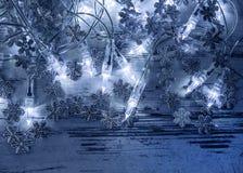 O azul do Natal ilumina a decoração com flocos de neve de prata Imagem de Stock Royalty Free