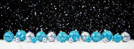 O azul e as quinquilharias do White Christmas alinharam a rendição 3D ilustração do vetor