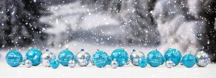 O azul e as quinquilharias do White Christmas alinharam a rendição 3D ilustração royalty free