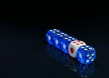 O azul e o branco cortam no fundo preto lustroso Imagens de Stock Royalty Free