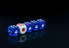 O azul e o branco cortam no fundo preto lustroso Foto de Stock