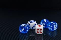 O azul e o branco cortam no fundo preto lustroso Imagem de Stock Royalty Free