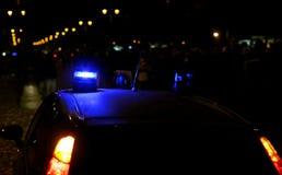 O azul ilumina sirenes de um carro de polícia Fotografia de Stock Royalty Free