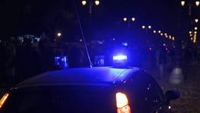 O azul ilumina sirenes de um carro de polícia na cidade Fotografia de Stock Royalty Free