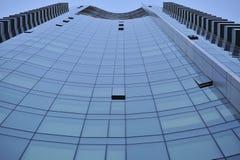 O azul imponente tinged o arranha-céus de vidro fotografia de stock