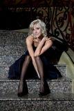 O azul louro eyed, modelo do encanto com o vestido de noite preto Imagem de Stock Royalty Free