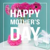 O azul pastel dos doces do dia feliz do ` s da mãe coloriu o fundo com gerberas cor-de-rosa em um vaso Imagens de Stock