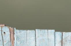 O azul pintou o textue de madeira no fundo turvo da água Fotografia de Stock Royalty Free