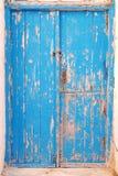 O azul pintou a superfície da porta e o close up de madeira do quadro Imagem de Stock Royalty Free