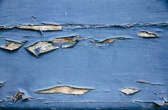 O azul sujo e resistido velho pintou o fundo de madeira da textura da prancha da parede marcado pela exposição longa aos elemento foto de stock
