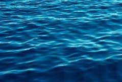 O azul tonifica o fundo das ondas de água Fotografia de Stock