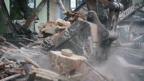 O backhoe escava tijolos quebrados filme