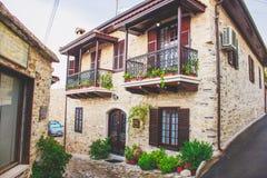 O backstreet estreito decorado com as flores em uns potenciômetros e em plantas verdes, Lefkara, Chipre Imagens de Stock