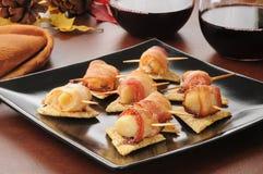 O bacon envolvido scallops aperitivos imagens de stock