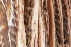 O bacon fresco ? vendido na janela do a?ougue foto de stock royalty free