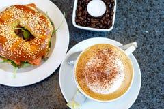 O bagel fresco com salada e o smodel pescam salmões e xícara de café Café da manhã em um café ou em um restaurante Fotografia de Stock Royalty Free