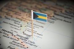 O Bahamas identificou por meio de uma bandeira no mapa fotografia de stock
