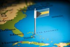 O Bahamas identificou por meio de uma bandeira no mapa fotografia de stock royalty free