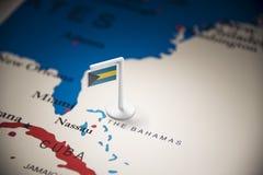 O Bahamas identificou por meio de uma bandeira no mapa imagens de stock