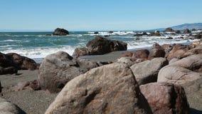 O baixo ângulo de câmera balança na praia com ondas de oceano filme