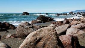 O baixo ângulo de câmera balança na praia com ondas de oceano video estoque